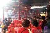 Imlek, wisatawan dan umat Konghucu berbaur di Klenteng  Petak Sembilan