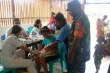 Babinsa dampingi petugas Puskesmas saat layanan Posyandu di Kuala Kencana