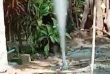 Semburan gas bercampur lumpur liar muncul di pekarangan rumah warga