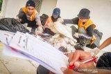 Relawan Gerakan Minggu Bersih melakukan audit sampah plastik yang telah dikumpulkan saat Car Free Day di Karawang, Jawa Barat, Minggu (26/1/2020). Dalam kegiatan tersebut relawan menemukan 119 merek dan 457 non-merek sampah plastik yang selanjutnya menjadi data untuk mengidentifikasi produk kemasan dan produsen terbesar yang mencemari lingkungan dengan plastik. ANTARA JABAR/M Ibnu Chazar/agr