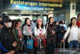 Wisatawan asal Cina lewati pendeteksi suhu tubuh di Bandara Minangkabau