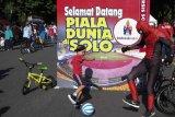 Warga melakukan aksi menyambut Piala Dunia U-20 saat pelaksanaan Hari Bebas Kendaraan Bermotor atau Car Free Day (CFD) di Solo, Jawa Tengah, Minggu (26/1/2020). Aksi tersebut untuk mengajak warga gemar berolahraga sekaligus sebagai euforia menyambut terpilihnya Stadion Manahan Solo sebagai salah satu stadion yang direkomendasikan untuk menjadi lokasi pertandingan Piala Dunia U-20 pada tahun 2021 mendatang. ANTARA FOTO/Maulana Surya/wsj.