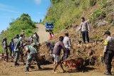 TNI-Polri bersama warga bersihkan material longsor  di Bittuang Tanatoraja