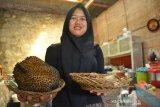 Karyawan membawa durian bakar di rumah makan Dusun Sumber, Desa Wonosalam, Kabupaten Jombang, Jawa Timur, Senin (27/1/2020). Durian bakar khas Wonosalam tersebut memiliki daging lebih lembut dan creamy tanpa aroma yang terlalu menyengat. Cocok bagi mereka yang tak terlalu suka aroma durian dan dijual mulai Rp25 ribu-Rp100 ribu tergantung ukuran. Antara Jatim/Syaiful Arif/zk.
