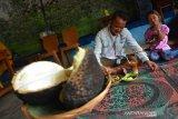 Pengunjung menikmati durian bakar di rumah makan Dusun Sumber, Desa Wonosalam, Kabupaten Jombang, Jawa Timur, Senin (27/1/2020). Durian bakar khas Wonosalam tersebut memiliki daging lebih lembut dan creamy tanpa aroma yang terlalu menyengat. Cocok bagi mereka yang tak terlalu suka aroma durian dan dijual mulai Rp25 ribu-Rp100 ribu tergantung ukuran. Antara Jatim/Syaiful Arif/zk.