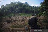 Seorang warga berada di lokasi bencana pascabanjir bandang di Kampung Cilipung, Pasanggrahan Baru, Sumedang Selatan, Kabupaten Sumedang, Jawa Barat, Senin (27/1/2020). Banjir bandang tersebut terjadi akibat intensitas hujan yang tinggi di wilayah Sumedang pada Minggu (26/1) dan menyebabkan 2 orang meninggal dunia, serta 2 orang luka berat. ANTARA JABAR/Raisan Al Farisi/agr