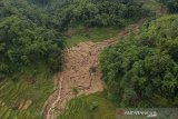 Foto udara lokasi bencana pascabanjir bandang di Kampung Cilipung, Pasanggrahan Baru, Sumedang Selatan, Kabupaten Sumedang, Jawa Barat, Senin (27/1/2020). Banjir bandang tersebut terjadi akibat intensitas hujan yang tinggi di wilayah Sumedang pada Minggu (26/1) dan menyebabkan 2 orang meninggal dunia, serta 2 orang luka berat. ANTARA JABAR/Raisan Al Farisi/agr