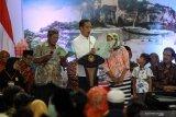 Presiden Joko Widodo (tengah) berbincang dengan penerima Sertifikat Tanah untuk Rakyat di gedung Wahana Ekspresi Poesponegoro (WEP) Kabupaten Gresik, Jawa Timur, Senin (27/1/2020). Presiden menyerahkan sebanyak 2020 sertifikat tanah di Jatim, sebagai upaya memberikan hak hukum bukti kepemilikan tanah kepada masyarakat penerima sertifikat di lima wilayah, yakni Surabaya, Gresik, Lamongan, Sidoarjo dan Bangkalan. Antara Jatim/Umarul Faruq/zk