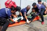 Polisi, Anggota TNI dan petugas medis berusaha memberikan pertolongan pada korban dalam Simulasi Penanganan Bencana Kebakaran Gedung di Malang, Jawa Timur, Senin (27/1/2020). Simulasi tersebut bertujuan melatih kesiapan dan koordinasi anggota Pemadam Kebakaran, SAR, Polisi dan TNI dalam menangani bencana kebakaran di gedung tinggi. Antara Jatim/Ari Bowo Sucipto/zk