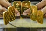 Khawatir dampak Corona, emas turun 1,30 dolar