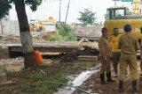 Menyumbat air, jembatan penghubung distribusi elpiji di Jalan Pati-Juwana dibongkar