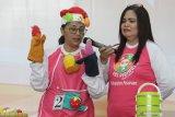 Peserta memberikan edukasi tentang makanan sehat dengan boneka tangan dalam Program Isi Piringku di Graha Pancasila, Batu, Jawa Timur, Selasa (28/1/2020). Program pencegahan stunting yang diinisiasi Danone Indonesia tersebut dilaksanakan di tiga kota yakni Badung-Bali, Pasuruan dan Batu. Antara Jatim/Ari Bowo Sucipto/zk