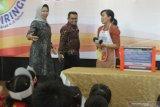 Walikota batu, Dewanti Rumpoko (kiri) didampingi Manajer Kesehatan dan Nutrisi Danone Indonesia, Alwan Bukhori (tengah) berbincang dengan peserta dalam Program Isi Piringku di Graha Pancasila, Batu, Jawa Timur, Selasa (28/1/2020). Program pencegahan stunting yang diinisiasi Danone Indonesia tersebut dilaksanakan di tiga kota yakni Badung-Bali, Pasuruan dan Batu. Antara Jatim/Ari Bowo Sucipto/zk