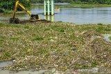 Petugas mengoperasikan alat berat saat membersihkan sampah dan tanaman eceng gondok di Bendungan Walahar, Karawang, Jawa Barat, Selasa (28/1/2020). Pembersihan bendungan tersebut untuk mengantisipasi penyumbatan debit air Sungai Citarum ke arah irigasi pertanian serta mecegah terjadinya banjir akibat pendangkalan. ANTARA JABAR/M Ibnu Chazar/agr