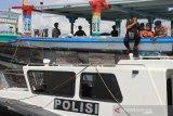 Petugas gabungan menghampiri kapal nelayan yang membawa warga Negara Iran yang diselamatkan nelayan Aceh di Perairan pantai Desa Suak Indra Puri, Kecamatan Johan Pahlawan, Aceh Barat, Aceh, Selasa (28/1/2020). Sebanyak 14 orang imigran asal Iran terdampar di perairan laut Samudera Hindia atau sekitar 20 mil dari bibir pantai Aceh Barat akibat mesin kapal mereka rusak. Antara Aceh/Syifa Yulinnas.