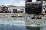 Sejumlah truk terparkir di pabrik pengisian ulang elpiji pascaledakan di daerah Sukarangin, Kabupaten Bekasi, Jawa Barat, Selasa (28/1/2020). Menurut warga kejadian ledakan terjadi pada hari Selasa (28/1/2020) pukul 01.00 WIB dan 11 orang pegawai mengalami luka berat. ANTARA FOTO/Fakhri Hermansyah/nym.