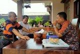 Sastrawan Timor Leste mendapat jamuan makan khas Lampung