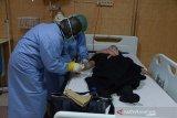 Dokter mengambil sampel darah mahasiswi asal Aceh, Maulida (kanan) sesampainya dari kota Kaifeng, China saat menjalani pemeriksaan kesehatan di Rumah Sakit Zainal Abidin, Banda Aceh, Aceh, Rabu (29/1/2020). Sebanyak empat mahasiswa asal Aceh yang pulang dari China dan seorang dari Hongkong menjalani pemeriksaan kesehatan setibanya di Aceh guna mengantisipasi penyeberan virus Corona. Antara Aceh/Ampelsa.