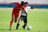 Pesepak bola Timnas Indonesia U-16 Diandra Diaz Dewari (kiri) mendapat hadangan pesepak bola Jawa Power Paiton U-15 Arifani Bactiar (kanan) pada laga Ujicoba Trofeo di Stadion Gelora Delta Sidoarjo, Jawa Timur, Rabu (29/1/2020). Timnas Indonesia U-16 berhasil mengalahkan tim Jawa Power Paiton U-15 dengan skor 4-0 dan tim Gala Siswa Indonesia (GSI) Sidoarjo dengan skor 4-0. Antara Jatim/Umarul Faruq/zk