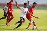 Pesepak bola Timnas Indonesia U-16 Marselino Ferdinan (kanan) mendapat hadangan pesepak bola Jawa Power Paiton U-15 Pradiktya Yoga (kiri) pada laga Ujicoba Trofeo di Stadion Gelora Delta Sidoarjo, Jawa Timur, Rabu (29/1/2020). Timnas Indonesia U-16 berhasil mengalahkan tim Jawa Power Paiton U-15 dengan skor 4-0 dan tim Gala Siswa Indonesia (GSI) Sidoarjo dengan skor 4-0. Antara Jatim/Umarul Faruq/zk