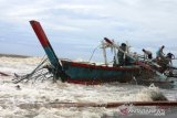 Fishing boat Tiku Agam stranded in Pariaman, captain and subordinates survived