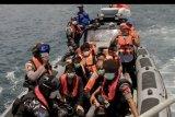 Anggota TNI AL dan polisi mengawal enam warga negara China yang terdampar di perairan Rote Ndao setibanya di Lantamal VII Kupang, NTT, Kamis (30/1/2020). Keenam warga negara China itu ditemukan terdampar di Rote Ndao setelah berusaha berlayar ke Australia namun dicegat oleh