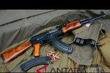 Polisi berhasil menangkap warga sipil saat transaksi jual beli senjata api AK 47
