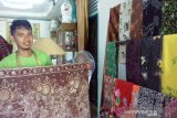 A young man from Solok interested in developing local 'batik tulis'