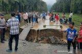Hujan deras, akibatkan jembatan ambruk hingga sawah dan kolam rusak