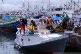 Aktivitas bongkar-muat di Pelabuhan Rakyat Paotere Makassar melambat