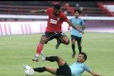 Pesepak bola Bali United Yabes Roni (atas) dihadang pesepak bola Persela Lamongan Faisal (bawah) saat pertandingan uji coba di Stadion Kapten I Wayan Dipta, Gianyar, Bali, Sabtu (1/2/2020). Pertandingan yang dimenangkan Bali United dengan skor 1-0 tersebut sebagai persiapan bagi kedua tim menjelang kompetisi Liga 1 2020. ANTARA FOTO/Fikri Yusuf/nym