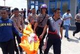 Polisi evakuasi sesosok mayat terapung di perairan laut