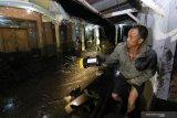 BANJIR BANDANG BONDOWOSO. Warga melihat rumahnya yang terdampak banjir bandang di Kampung Baru, Sempol, Bondowoso, Jawa Timur, Rabu (29/1/2020). Banjir bandang itu, mengakibatkan 211 rumah terendam lumpur dan warga diungsikan ke tempat yang lebih aman untuk mengantisipasi terjadinya banjir susulan. Antara Jatim/Budi Candra Setya/zk