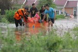 BANJIR LUAPAN KALI LAMONG. Petugas BPBD mengevakuasi warga saat terjadi banjir di Desa Guranganyar, Kecamatan Cerme, Gresik, Jawa Timur, Rabu (8/1/2020). Delapan desa di kecamatan tersebut terendam banjir akibat luapan air Kali Lamong. Antara Jatim/Moch Asim/zk