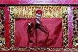 PAGELARAN WAYANG POTEHI SAMBUT CAPGOMEH. Dalang memainkan lakon Hwee Liong Toan atau Kisah Naga Api dalam Pagelaran Wayang Potehi di Klenteng En Ang Kiong, Malang, Jawa Timur, Kamis (30/1/2020). Pagelaran yang diadakan selama satu minggu tersebut untuk memeriahkan tahun baru Imlek dan menyambut perayaan hari Cap Go Meh. Antara Jatim/Ari Bowo Sucipto/zk