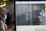 PENCEGAHAN VIRUS CORONA DI BANDARA JUANDA. Petugas melakukan pendeteksi suhu tubuh (thermal scanner) saat penumpang pesawat tiba di terminal 2 Bandara Juanda Surabaya, Jawa Timur, Jumat (24/1/2020). Kantor Kesehatan Pelabuhan kelas 1 Surabaya wilayah kerja bandara Juanda meningkatkan kewaspadaan dengan memasang alat pendeteksi suhu tubuh (thermal scanner) untuk mencegah masuknya virus corona yang berasal dari negara China ke wilayah Indonesia. Antara Jatim/Umarul Faruq/zk
