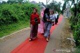 Resepsi pernikahan unik, tamu melintas karpet merah 3 kilometer
