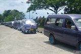Pendapatan turun karena Trans Padang, pengemudi angkot di Padang berunjuk rasa ke Balai Kota