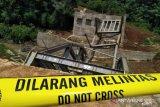 Polisi olah TKP jembatan ambruk di Cianjur