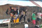 Bhabinkamtibmas Kampung Pomako sambangi warga sampaikan pesan kamtibmas