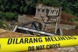 Polres Cianjur lakukan olah TKP jembatan ambruk di Babakankaret, Cianjur