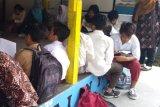 Ruangan terbatas, siswa SD Bangunrejo 2 Yogyakarta sementara belajar di pos ronda