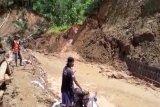 Longsor tutup akses jalan di Desa Mlaya Banjarnegara