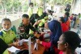 Prajurit TNI periksa kesehatan warga Suskun perbatasan RI-PNG