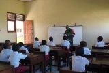 Babinsa Koramil Okaba Merauke bantu mengajar di SD Wambi
