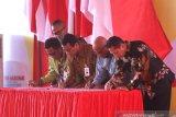 Direktur Bisnis Korporasi BNI Putrama Wahju Setyawan (tiga kiri), Direktur Jaringan dan Layanan BRI Ahmad Solihin Lutfiyanto (kedua kiri), Direktur Utama Bulog Budi Waseso (kanan), dan Direktur Astra Internasional Pongki Pamungkas (kedua kanan) menandatangani Nota Kesepahaman yang disaksikan Ketua PWI Pusat Atal S Depari (kiri) saat perayaan Hari Pees Nasional di Banjarbaru, Kalimantan Selatan, Sabtu (8/2/2020). Penandatanganan tersebut terkait kerja sama untuk meningkatkan kualitas profesionalisme wartawan Indonesia. Foto Antaranews Kalsel/Bayu Pratama S.