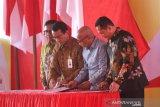 Direktur Bisnis Korporasi BNI Putrama Wahju Setyawan (dua kiri), Direktur Jaringan dan Layanan BRI Ahmad Solihin Lutfiyanto (kiri), Direktur Utama Bulog Budi Waseso (kanan), dan Direktur Astra Internasional Pongki Pamungkas (kedua kanan) menandatangani Nota Kesepahaman saat perayaan Hari Pees Nasional di Banjarbaru, Kalimantan Selatan, Sabtu (8/2/2020). Penandatanganan tersebut terkait kerja sama untuk meningkatkan kualitas profesionalisme wartawan Indonesia. Foto Antaranews Kalsel/Bayu Pratama S.