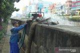 Tiga pompa portabel sedot genangan air di Jalan Gunung Sahari Jakarta