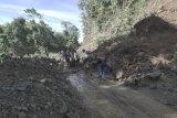 Longsor di Mamosalato, Babinsa dan warga singkirkan timbunan tanah