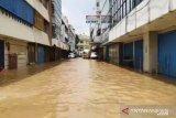 Aktivitas perdagangan di jalan Jatinegara Barat lumpuh akibat banjir